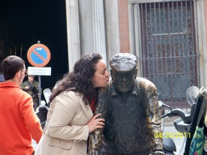 Kissing my future husband in Barcelona (2011).